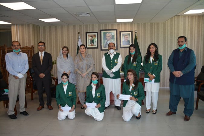 IPC Minister gives cash awards to medals winners of athletics team